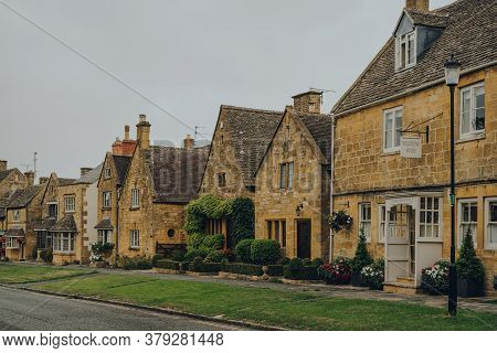 Broadway, Uk - July 07, 2020: Row Of Traditional Limestone Houses In Broadway, A Large Historic Vill