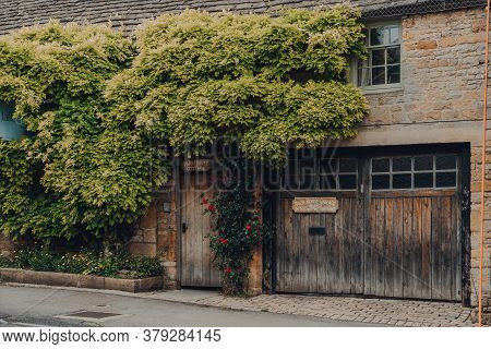 Stow-on-the-wold, Uk - July 6, 2020: Picturesque Cottage On A Street In Stow-on-the-wold, A Market T