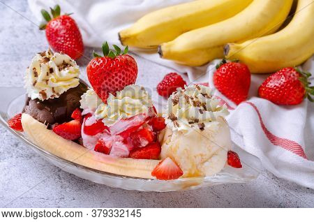Sweet Homemade Banana Split Sundae With Chocolate Vanilla And Strawberry Ice Cream On Glass Bowl, De
