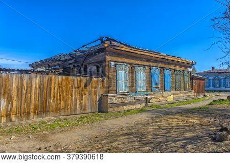 Russia, Irkutsk 06,05,2018 Abandoned Wooden House On The Street In The Center Of Irkutsk