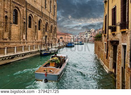 Funeral In Venice. Funeral Hearse Boat With Coffin In Venice Canal. Funeral Gondolas. 01.11.2016 Ven