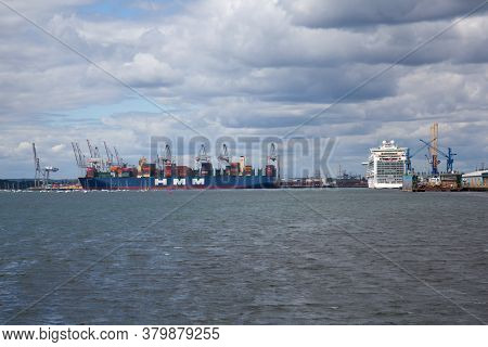 The Views Of The English Channel At West Quay Southampton In Hampshire, Uk, Taken On The 10th July 2