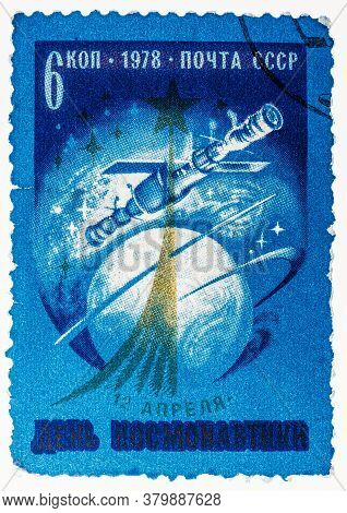 Ussr - Circa 1978: Stamp Printed In Ussr, Day Of Space Exploration, Space Station Union, Spacecraft,