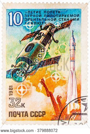Ussr - Circa 1981: A Stamp Printed In Ussr Russia Shows Salyut Orbital Space Station, With Inscripti