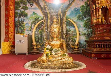 Phayao, Thailand - Dec 31, 2019: Gold Buddha Statue On Tree Painting Background In Wat Phra Nang Din