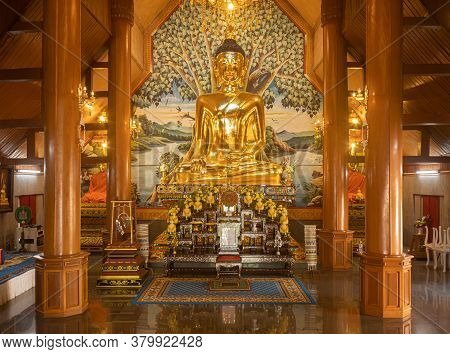Phayao, Thailand - Dec 31, 2019: Gold Buddha Statue With Warm Light In Wat Yuan Or Yuan Temple In Ch