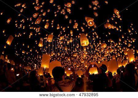 sky landterns in Loi Krathong and Yi Peng Festival