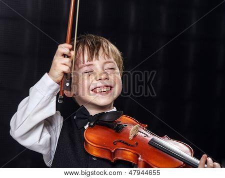 Zugvögel rot-Haar-Boy Geigenspiel.