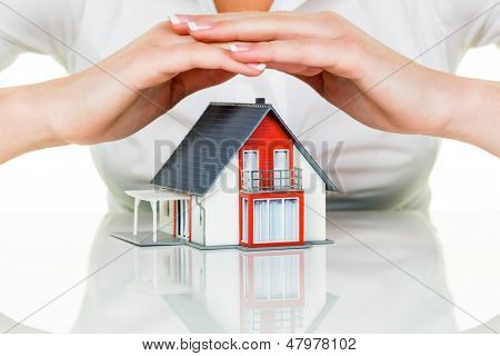 una mujer protege tu casa y hogar. seguro de buena reputación y bueno financiación calma.