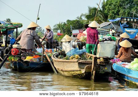 Can Tho, Viet Nam - March 5 ,2015: Unidentified Vietnamese Women On The Floating Market In Can Tho