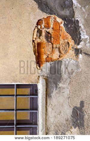 Tradate Window  Vares Wood Venetian   In The Concrete  Brick