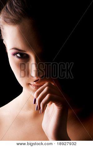Junge schöne Frau dramatischen Licht Porträt