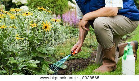 Man aan het werk in de tuin