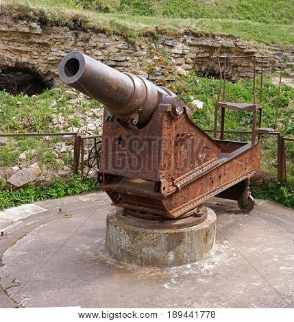 Russian medieval castle in Ivangorod. Located opposite the Estonian city of Narva, not far from St. Petersburg. 9 inch howitzer on the casemate machine. It was made at the Obukhov factory in 1891.