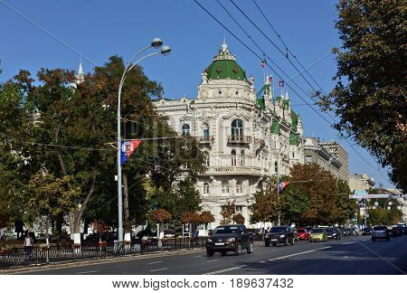 ROSTOV-ON-DON, RUSSIA - SEPTEMBER 28, 2015: Traffic against the building of city administration. The building was erected in 1899 by design of A. Pomerantsev