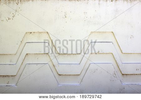 White, broken biton wall with wavy pattern