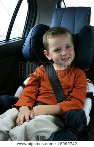 kleiner Junge in Auto-Sicherheitssitz