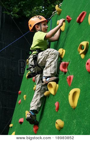 5 Jahre alten Kind Klettern an einer Wand in einem outdoor-Klettern-center