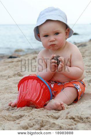 8 Monate alt Baby Boy playing am Strand