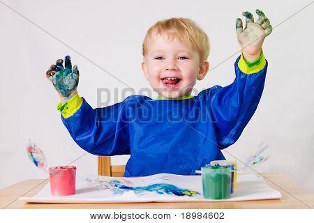 2 Jahre alt baby Boy Gemälde ohne Pinsel.