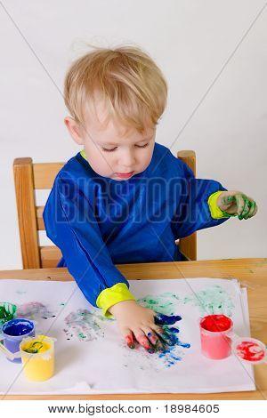 2 Jahre alt baby junge Gemälde ohne Pinsel.