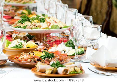 Tabelle Catering festgelegt Service mit tafelsilber und Glas Gläsern im Restaurant vor Partei