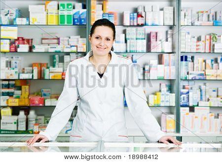 Glücklich fröhlich Apotheker Chemiker Woman standing in Apotheke Drogerie