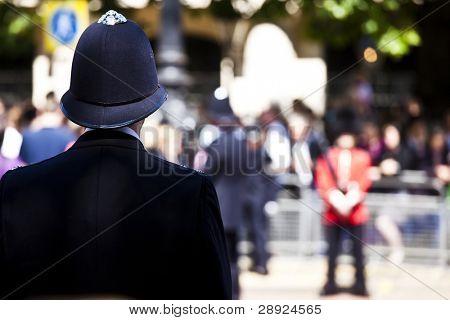 Metro policeman and queen?s guard face off