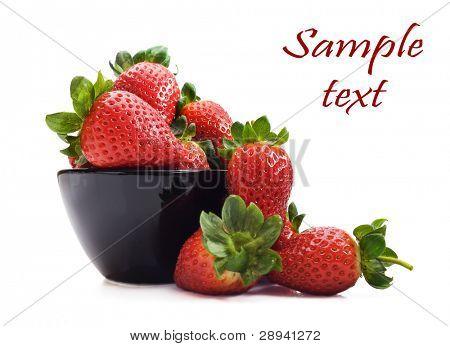 Gesunde frische Erdbeeren und eine Schüssel auf einem reinen weißen Hintergrund mit Platz für text