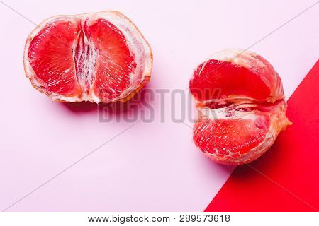 Wo Grapefruit, Vagina Symbol On A Coral Background