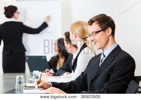 Business - Firmen haben eine Besprechung oder einen Workshop mit Präsentation im Büro