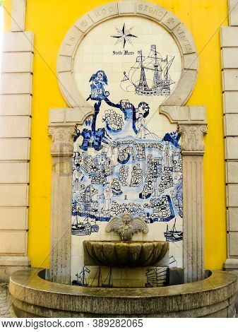 Old Small Fountain In The Center Of Macau, Decorated With Portuguese Azulejo Tiles. Macau, Chine