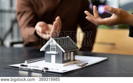 Real estate agent or sales manager has proposed terms and conditions to customers who sign house pur