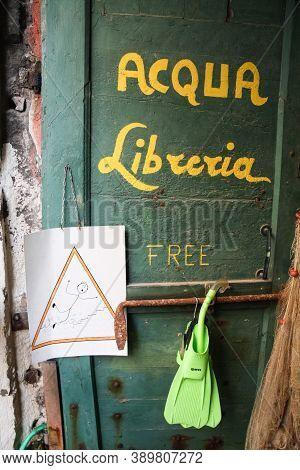 Venice, Italy Sept 5 2008: The Alta Acqua Libreria (high Water Bookstore) Door Sign In Venice, Italy