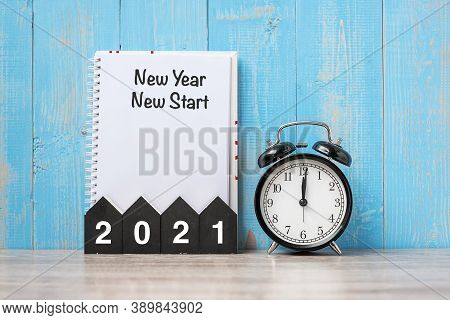 2021 Happy New Year With New Year New Start, Black Retro Alarm Clock And Wooden Number.resolution, G