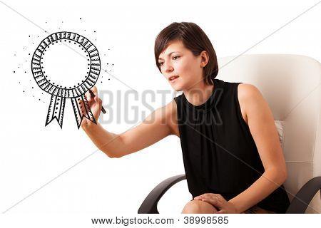 Joven, dibujando una cinta en pizarra aislado en blanco