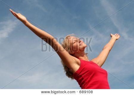 happy Woman mit ihren Waffen wide open