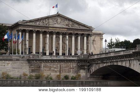 PARIJS , FRANKRIJK - JULY 24 ,2017: : View of the National Assembly. Across the bridge is the pedestrians
