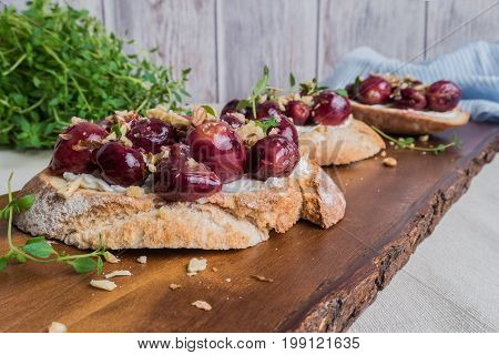 Toasts with goat cheese grapes nuts and honey.