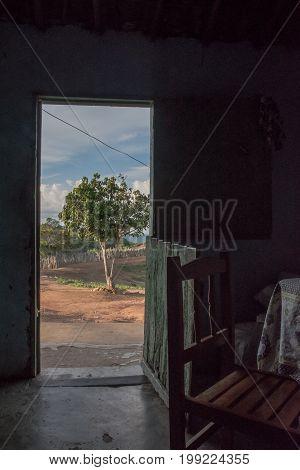 vista de dentro de uma casa de agricultor no interior do ceará, brasil