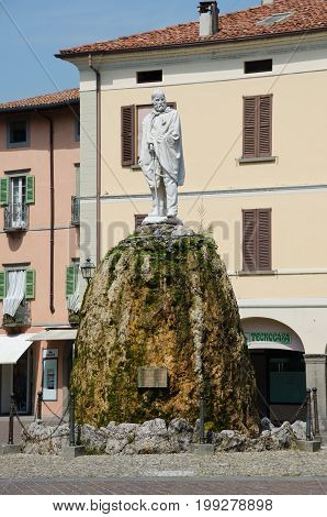 ISEO, LOMBARDY, ITALY. 3rd August 2017. A statue of Garibaldi surveys the central square of the town of Iseo. The town makes an admirable base for tourists wishing to explore Lake Iseo and Monte Isola.