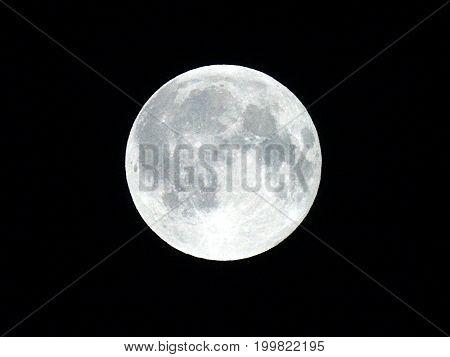 Luna llena en todo su esplendor brillante