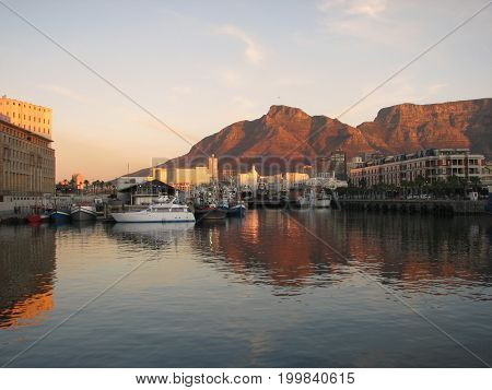 FROM CAPE TOWN, SOUTH AFRICA, SUN SETTING OVER THE VICTORIA AND ALFRED WATERFRONT 38vg