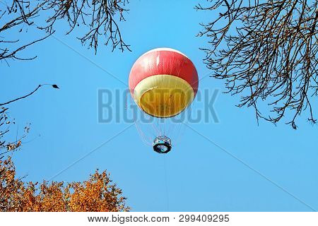 Air Balloon In Clouds Over Yarkon Park , Tel Aviv, Israel - Immagine