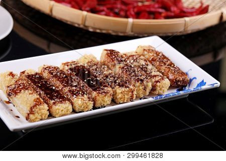 Glutinous Rice Cakes With Sugar Sauce In A Patterned White Plate