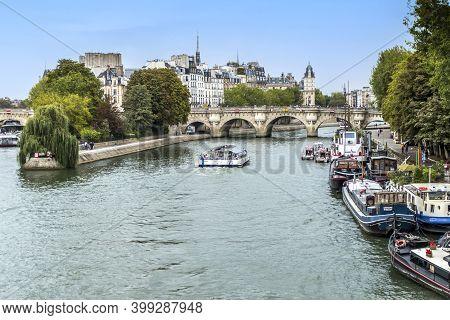 Paris, France - 04-12-2018: The River Seine With Boats In The Fork In The Ile De La Cité