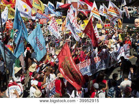 Militant groups storm towards Malacanang Palace on Human Rights Day