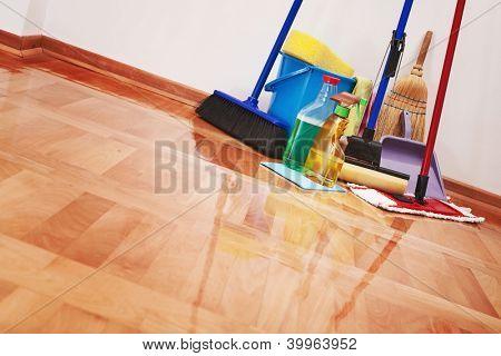 Haus Reinigung - Reinigungszubehör auf Fußboden Zimmer