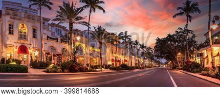 Naples, Florida, Usa - December 22, 2018: Christmas Lights As Sunrises Over The French Restaurant Al