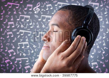 Mooie African American man die luisteren naar muziek op de achtergrond van muzikale noten